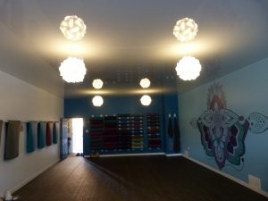 Yoga Studio with high gloss ceiling and chandeliers -> mirror effect
